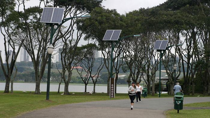 postes-com-paineis-solares-sao-oportunidade-de-economizar-na-iluminacao-ao-ar-livre